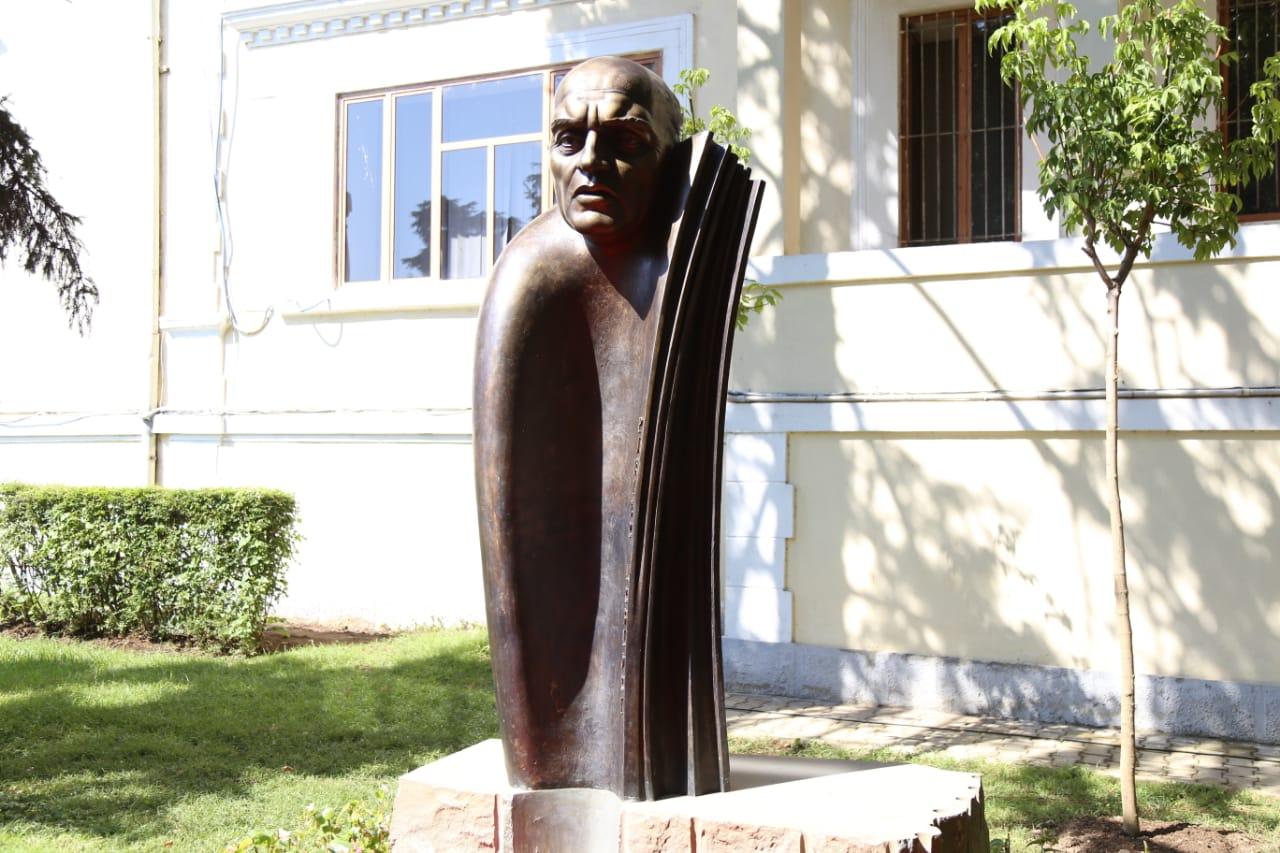Busti i Pjetër Arbnorit vendoset para Parlamentit  Sot bashkoi krejt politikën