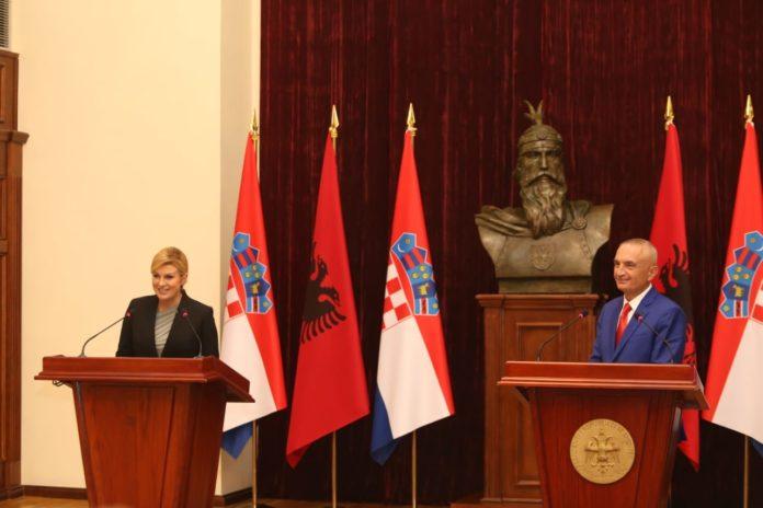 Mbërrin në Shqipëri presidentja kroate, Kitarović, e ftuara e presidentit Meta