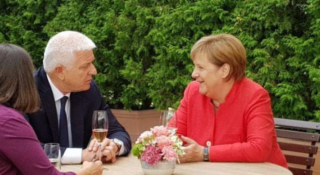 Merkel, mesazh Thaçit dhe Vuçiç: Nuk ka ndryshim të kufijve në Ballkan