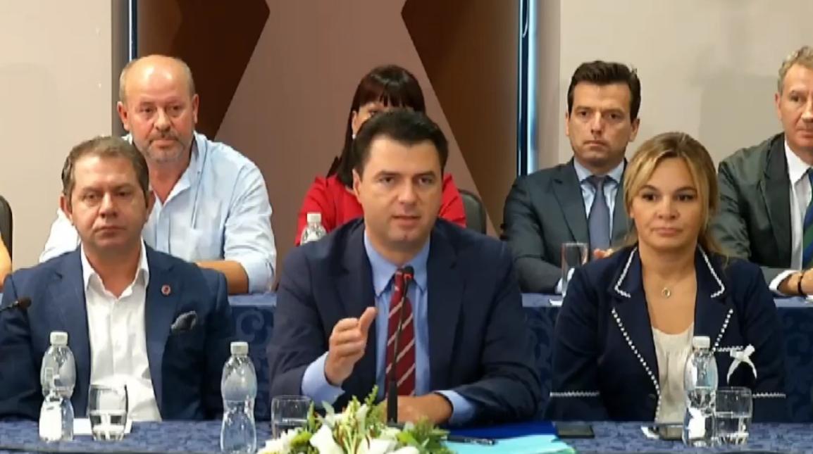 Kryeministri Rama shemb Teatrin në Tiranë, kurse opozita ikën në Vlorë