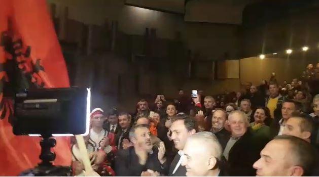 110-vjetori i Kongresit në Manastir, Meta elektrizon shqiptarët duke valëvitur flamurin kombëtar