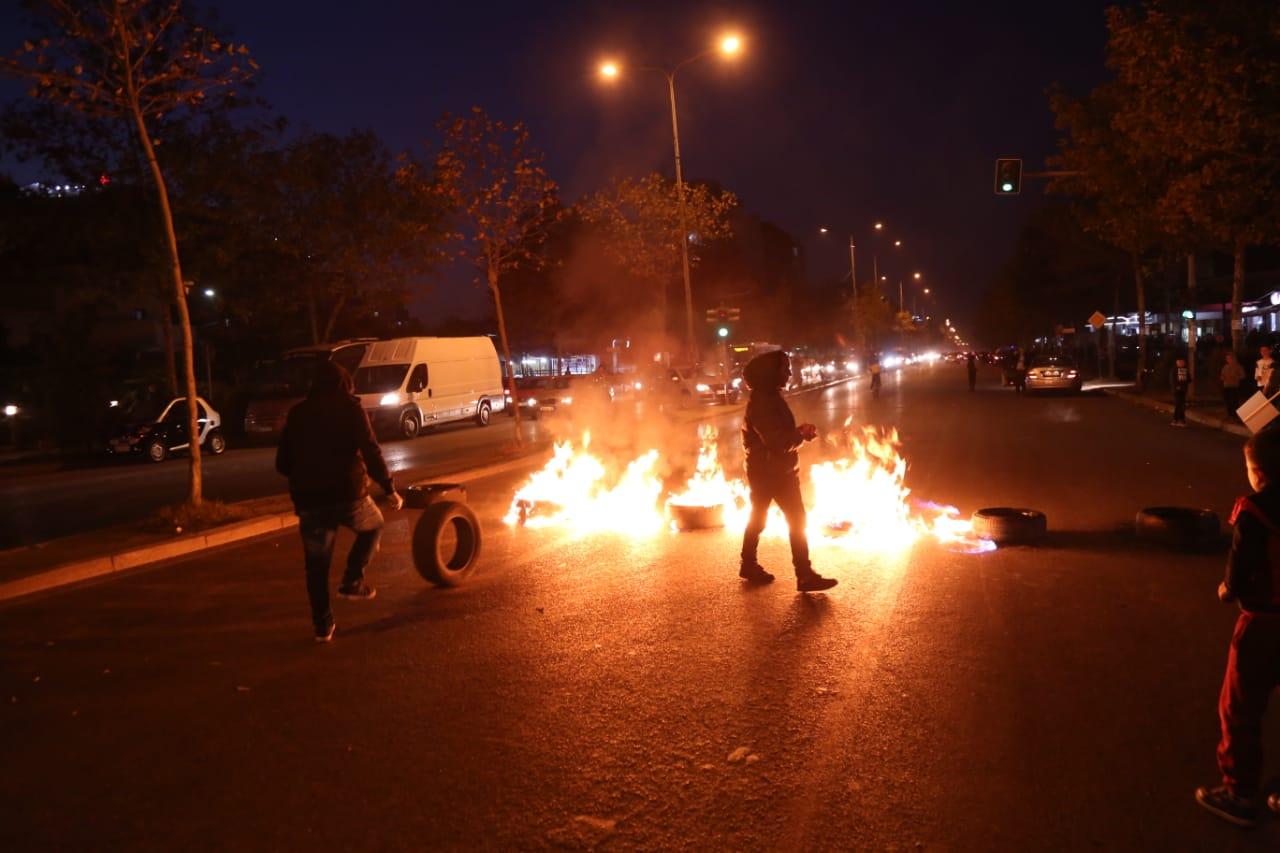 (Foto) Plasin djegiet dhe protestat te Unaza e Re, qytetarët bllokojnë rrugën