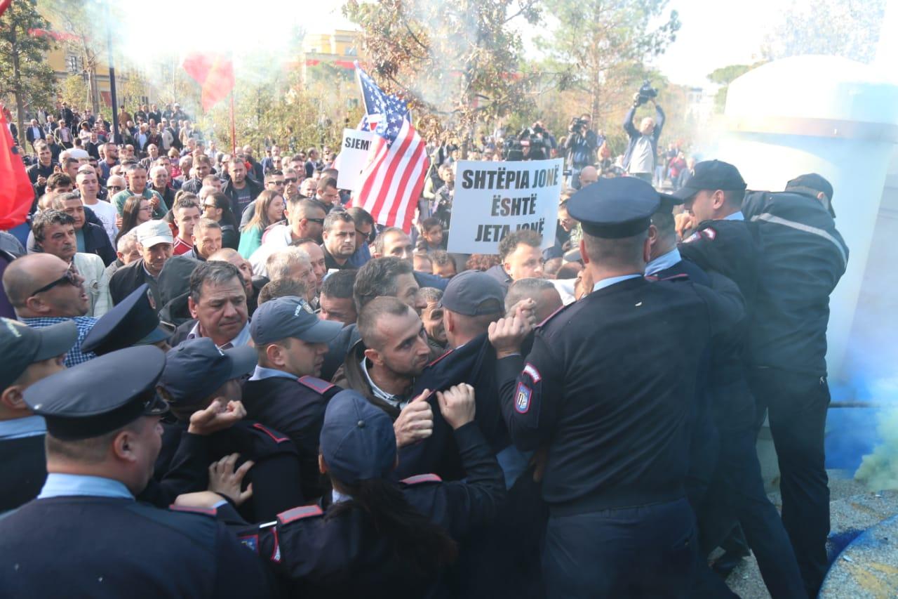 Protesta para bashkisë mbyllet me tensione, tym, përplasje dhe të plagosur