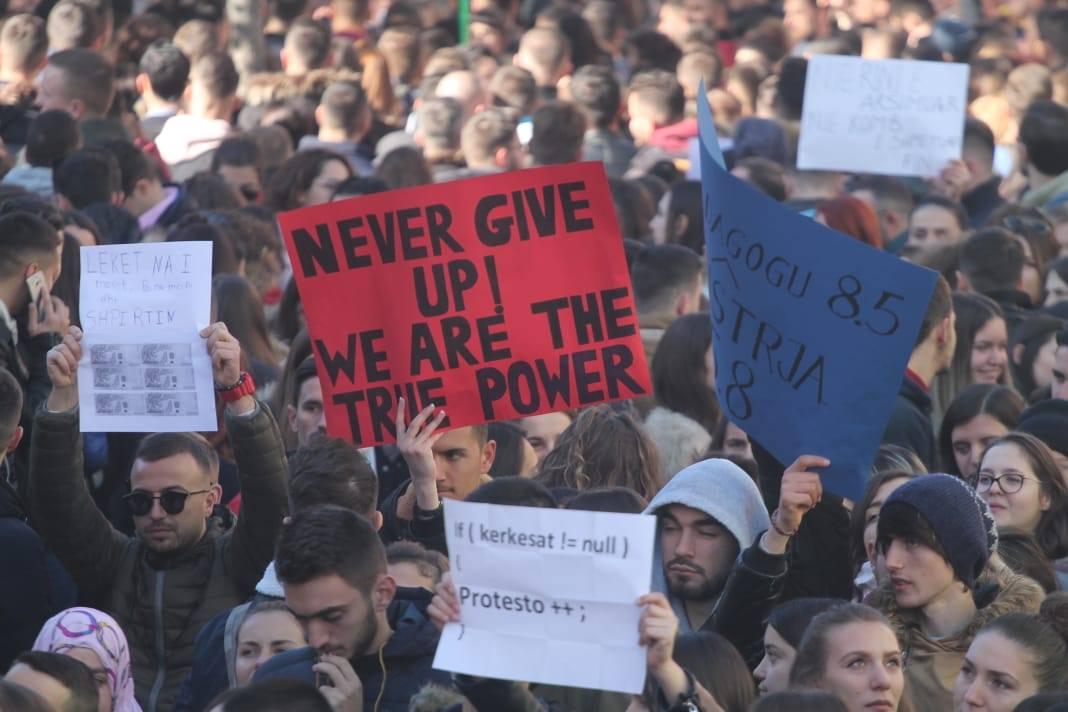 Qeveria investon qindra mijë euro të përçajë dhe që të konfrontohen fizikisht studentët heroikë