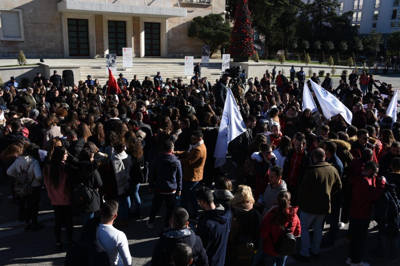 Pedagogët u bashkohen studentëve. Senati i UT kundër Kryeministrit: Tarifat i rriti qeveria