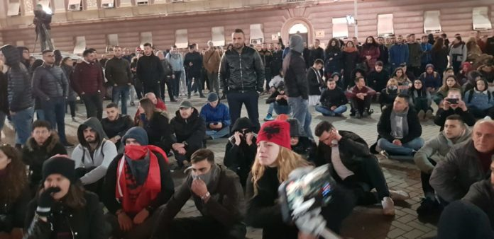 Studentët mblidhen para kryeministrisë, paqësisht e të vendosur presin zgjidhje