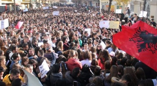 E gjithë Shqipëria në protestë, bllokohen rrugët. Të gjithë pro studentëve