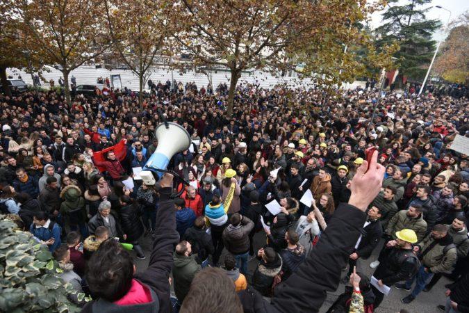 Shqiptarët jashtë vendit mbështesin protestën e studentëve: Jemi me ju!