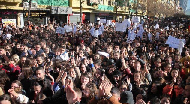 Prindër të studentëve protestues! Shkoni te bijtë tuaj në protestë, mos i lini vetëm që t'i përçajnë!