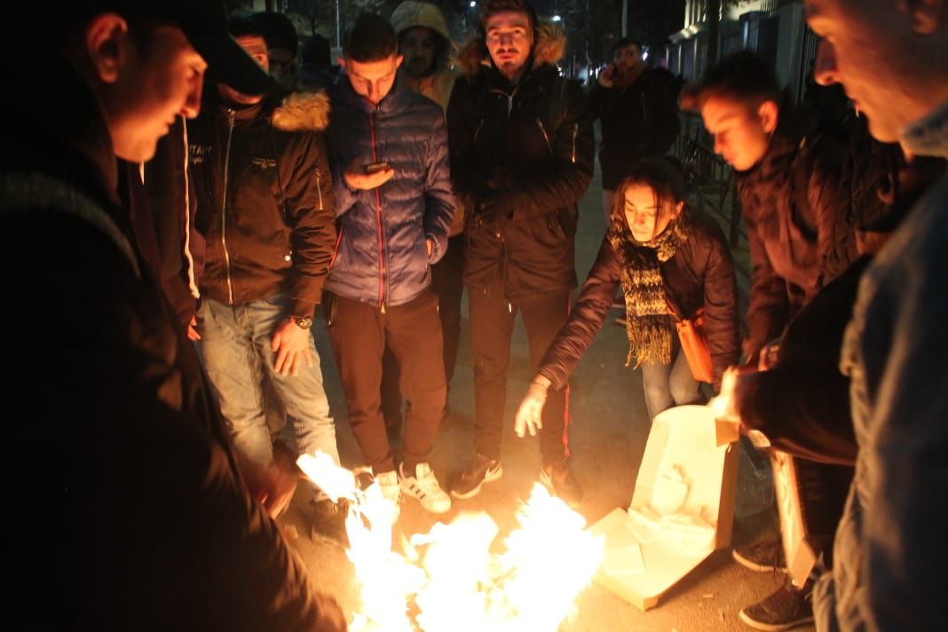 Foto si studentët po ngrijnë natën nga akulli, ndezin zjarr të mos kthehen në statuja të akullta