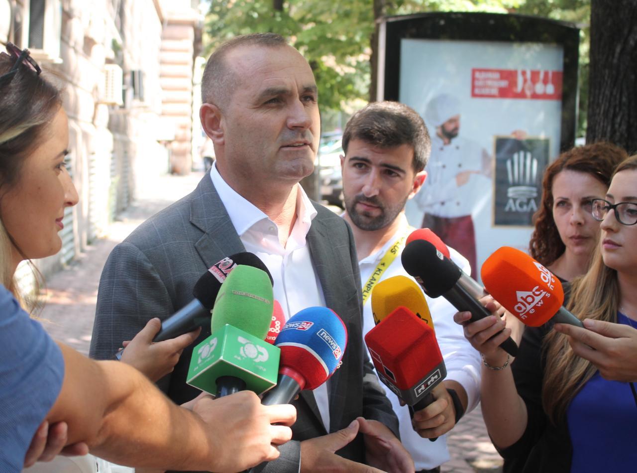 Kryeministri nga facebook i Ulsi Manjës paralajmëron rrëzimin e Bahri Shaqirit