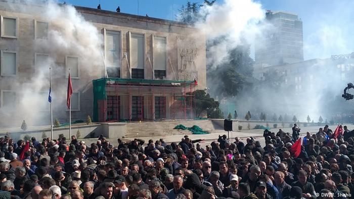 Opozita djeg mandatet e deputetit, kryeministrit i digjet karriga qeveritare