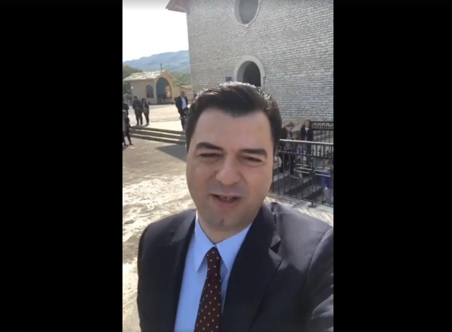 Basha uron shqiptarët për Pashkët me video live nga kisha e Shna Ndout