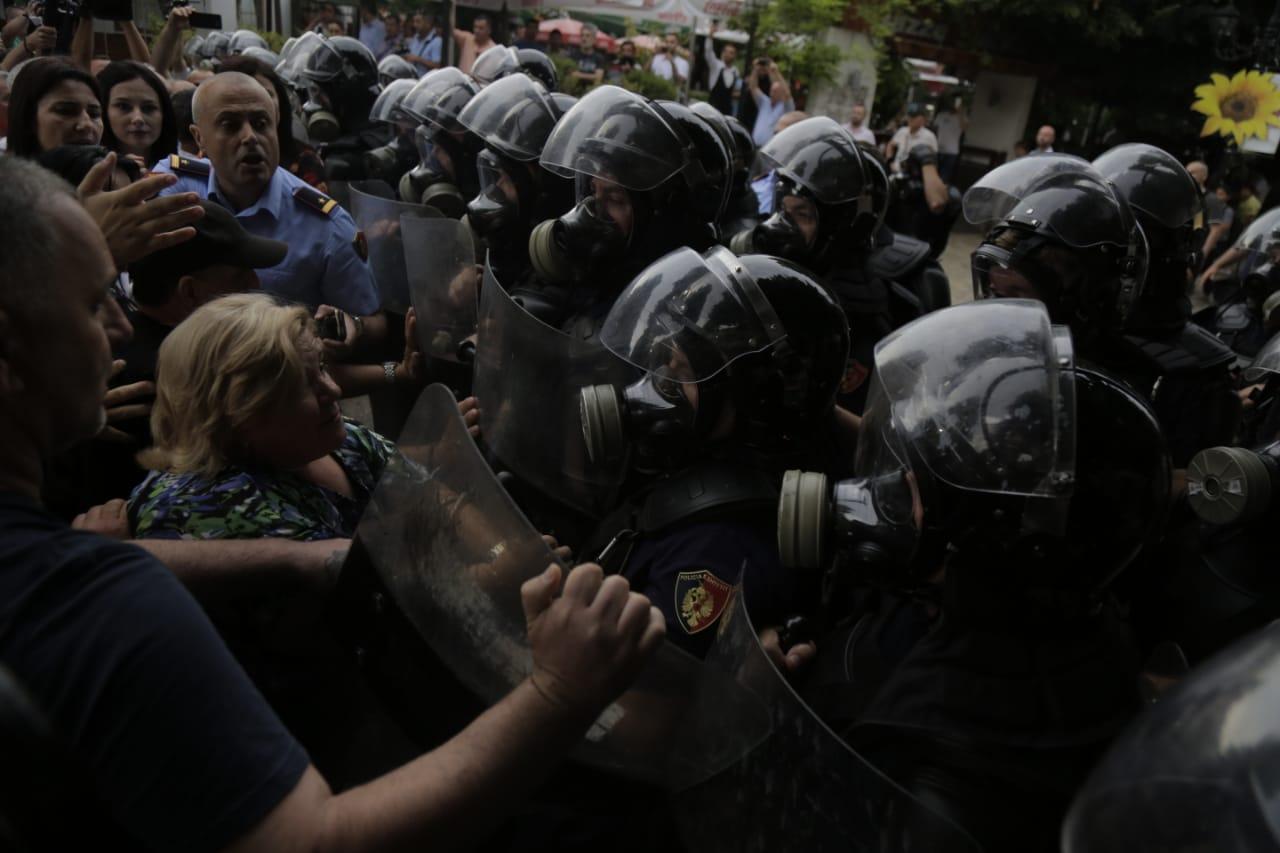 Gjëndje lufte në Shkodër. Policia sulmon qytetarët, dëgjohen sirena ambulancash