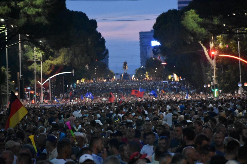 Nis protesta e opozitës, shqiptarët kërkojnë largimin e Ramës