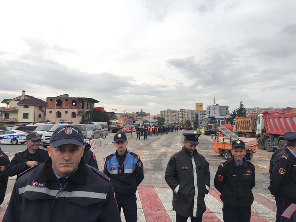 Shemben 8 shtëpi te Unaza e Re  Forcat Speciale bllokojnë banorët të mos afrohen
