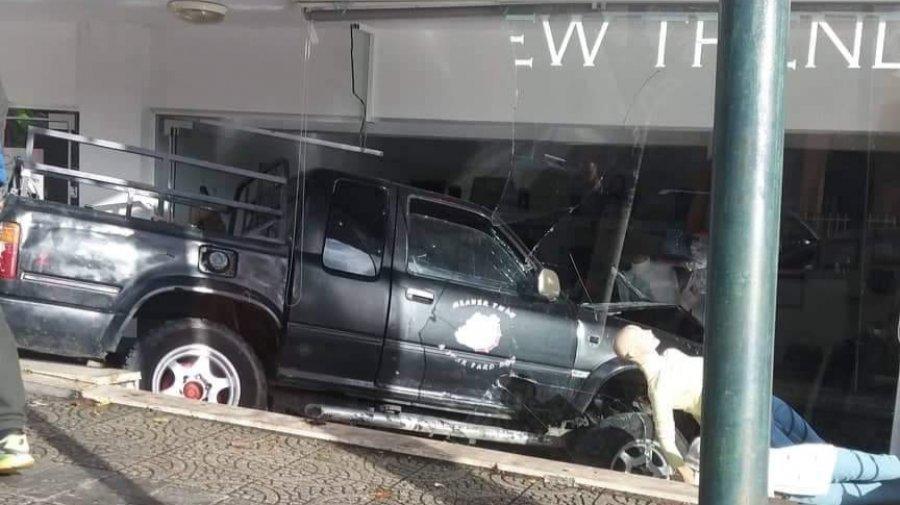 Aksident në Fushë Krujë  makina përfundon në dyqanin e celularëve